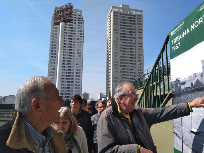Aquilino González Podestá con los visitantes.