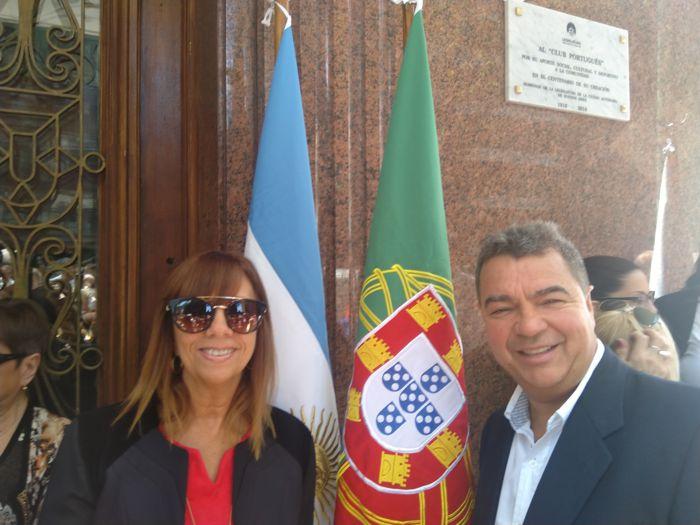 John Fernándes, comerciante portugués con su esposa Bety.