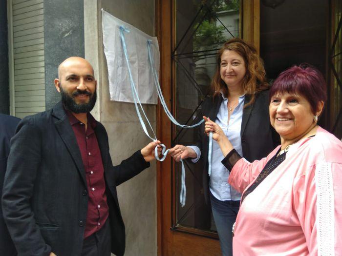 Descbren la placa Matias Mauricio, María Rosa Muiños y Alicia Contursi.