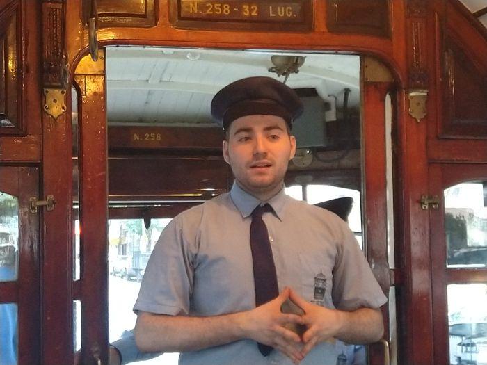 En cada viaje, integrantes de la AAT interactúan con los visitantes y relatan la historia del Tranvía en Buenos Aires.