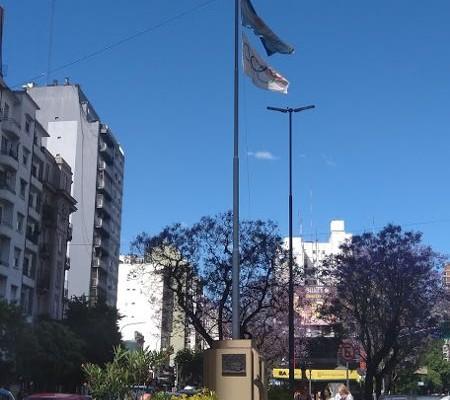 La foto fue tomada el lunes 19. Se observa el incumplimiento de izar la bandera a media asta.