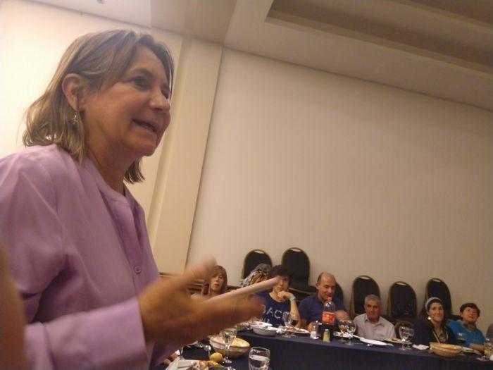 Julia Hernando, presidente del Centro Burgalés durante su mensaje.