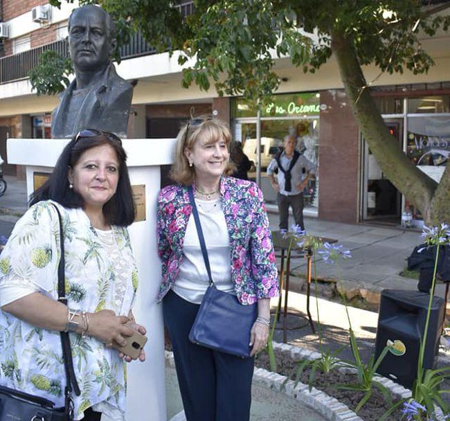 Marina Bussio y Susana Esposito de Rotary Club descubrieron una placa.