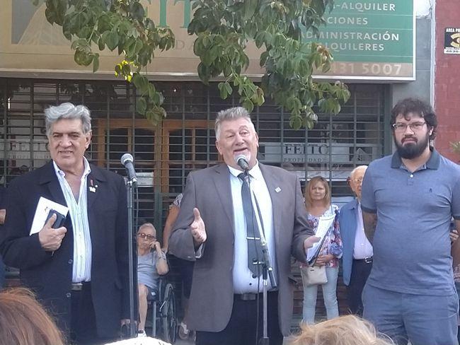Darío Klehr, director del Museo Luis Perlotti, junto al presidente de la Junta Comunal, Hipólito Forno y Frlipr Evangelista de La Cofradía de Caballito.