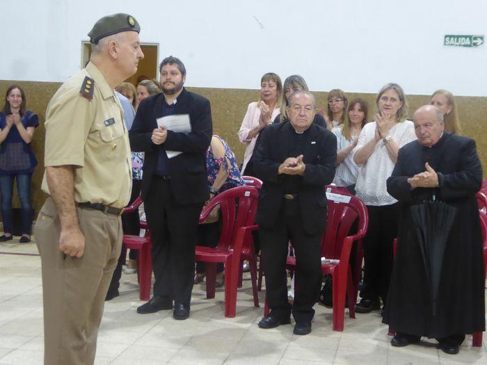 El último saludo del director saliente, Coronel Juan José Collins.