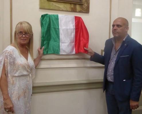 Diana Alvarez de Bisso, presidente del Cub, junto al Legislador Claudio Heredia descubren la placa.