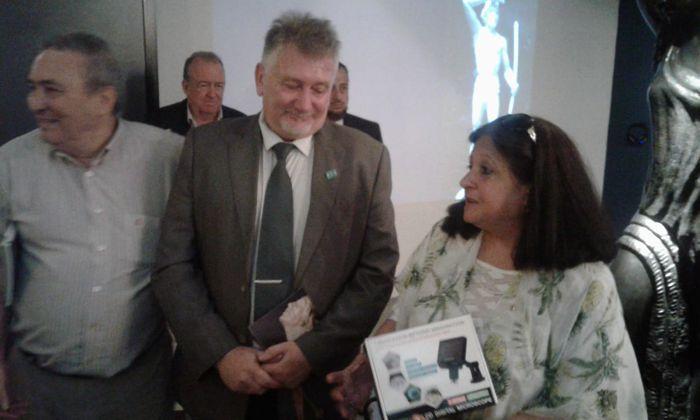 Marina Bussio, directora de Horizonte, entrega el Microscopio Digital al director del Museo, Prof. Darío Klehr.