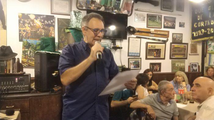 """Sergio Mosquera lee su poema """"Caballito te extraño""""."""