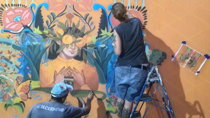 Artistas trabajando ante el público durante los festejos.