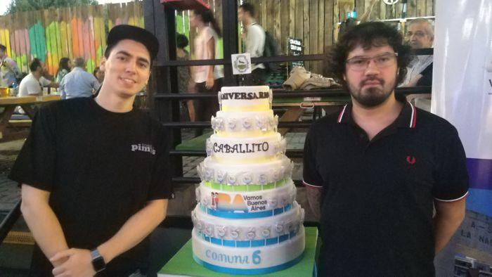 Alejandro Poza, emprendedor caballitense junto a Forno y la torta gigante de cumpleaños del barrio.