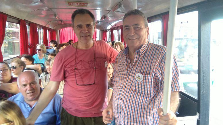 Arnaldo Goenga y Sergio Mosquera, atendiendo a los visitantes en el micro.