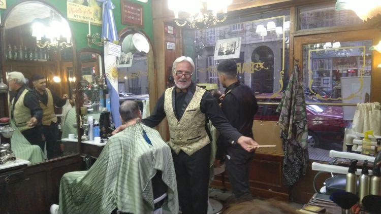 Miguel Angel Barnes recibió a los visitantes en su Barbería La Epoca.