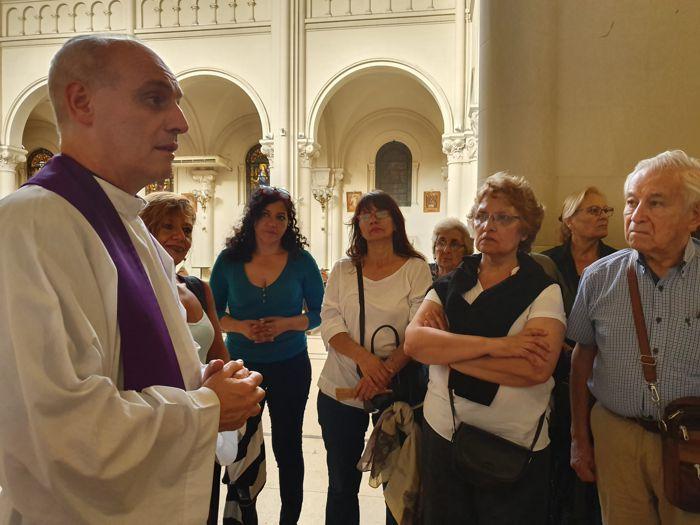 El Padre Esteban impartió la bendición a los visitantes.