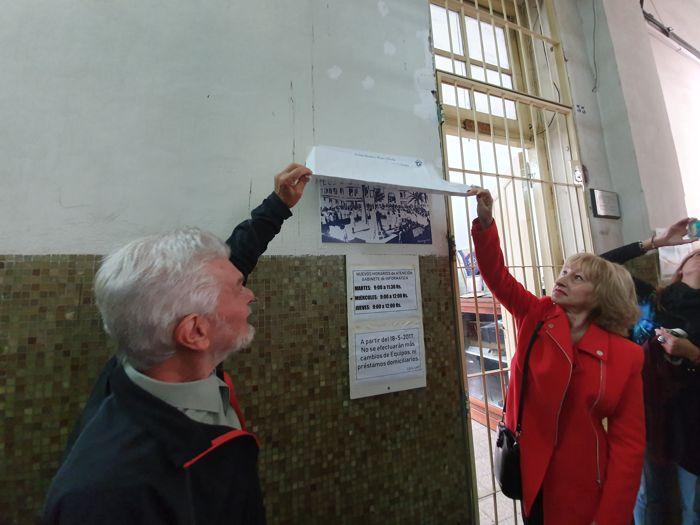 El prof. Roberto Gargiulo y la prof. Alicia Di Pinto descubriendo la placa del museo.
