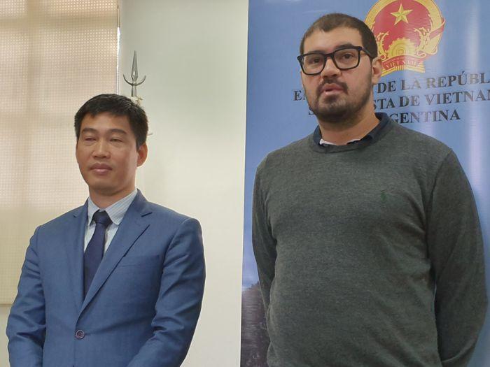 Hipólito Forno, presidente de la Junta Comunal junto al cónsul de la República Socialista de Vietnam