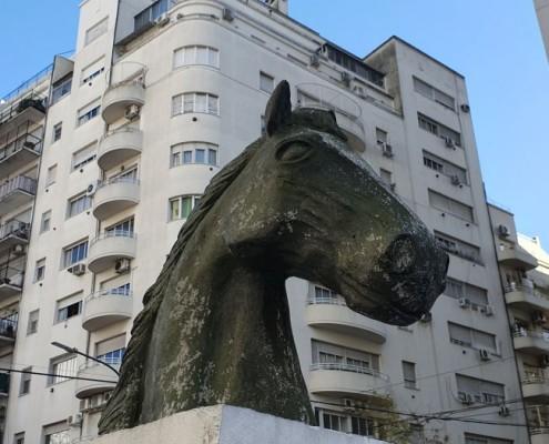 """Escultura """"Caballito"""" obra del Prof.  Darío Klehr"""