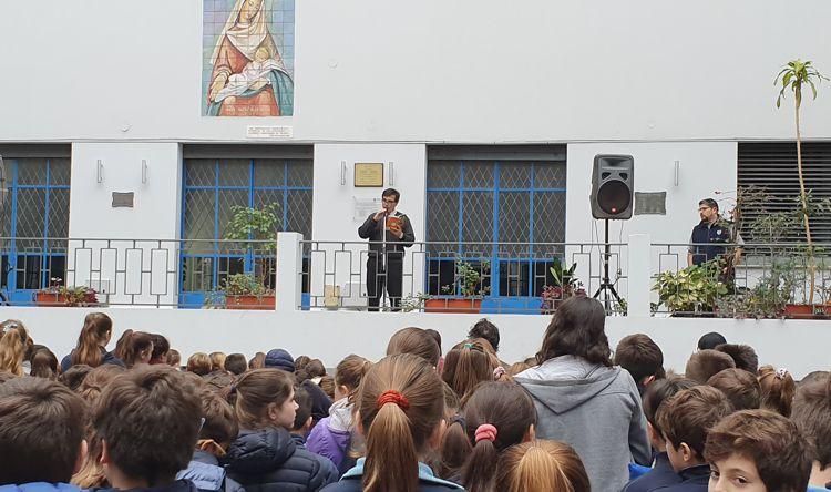 El Rector, Marcos Romero, dejó inaugurada la Expolibro con la lectura de un cuento en el patio principal.