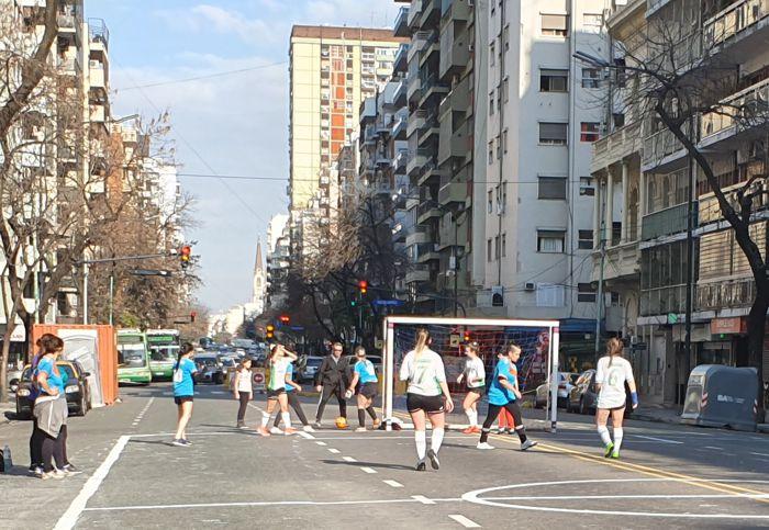 Cuadrangular de Fútbol Femenino en plena avenida