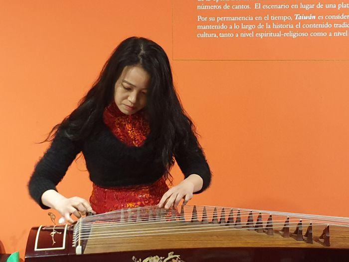 Hubo música tradicional taiwanesa interpretada por Orquídea Lee en el instrumento guzheng.