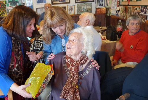 Leticia, una vecina de 99 años se sumó al festejo.