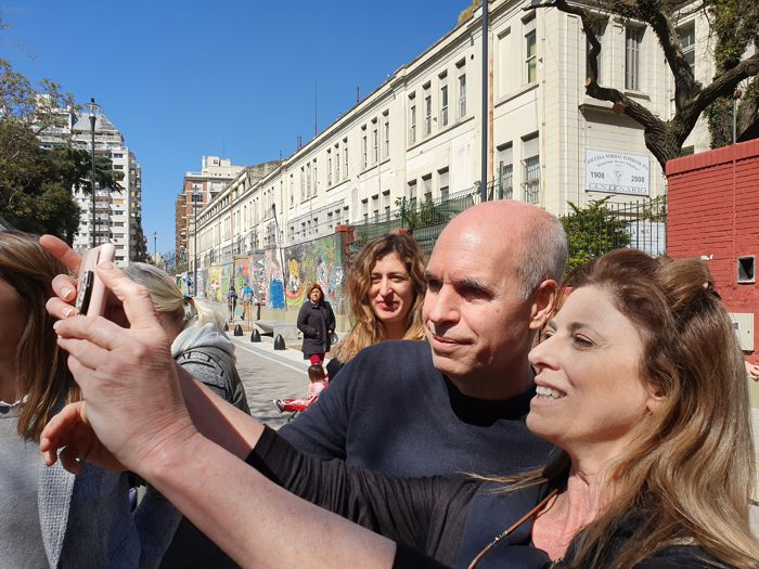 Horacio Rodríguez Larreta con vecinos en Beauchef y Rivadavia