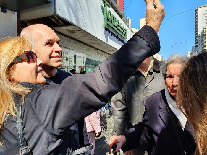 Vecinos se acercaron a tomarse selfies con el candidato.
