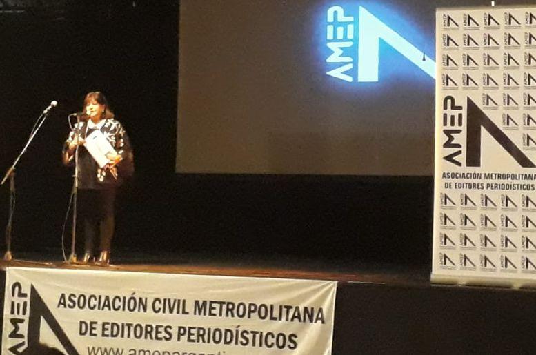 Marina Bussio, vicepresidente de AMEP presentó el nuevo periódico de la Asociación.