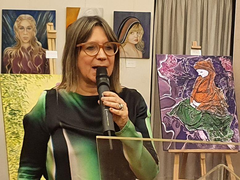 Julia Hernando, presidenta del Centro Burgalés, dio la bienvenida a artistas y vecinos.
