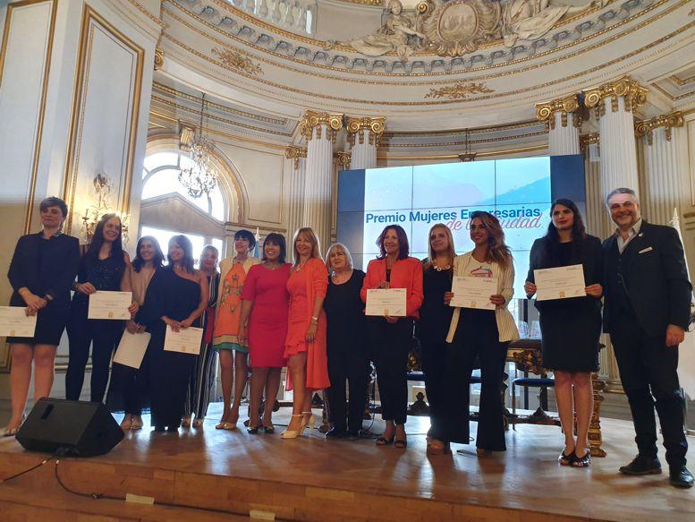 Empresarias y emprendedoras premiadas junto a las autoridades de Fecoba y las integrantes del Jurado.