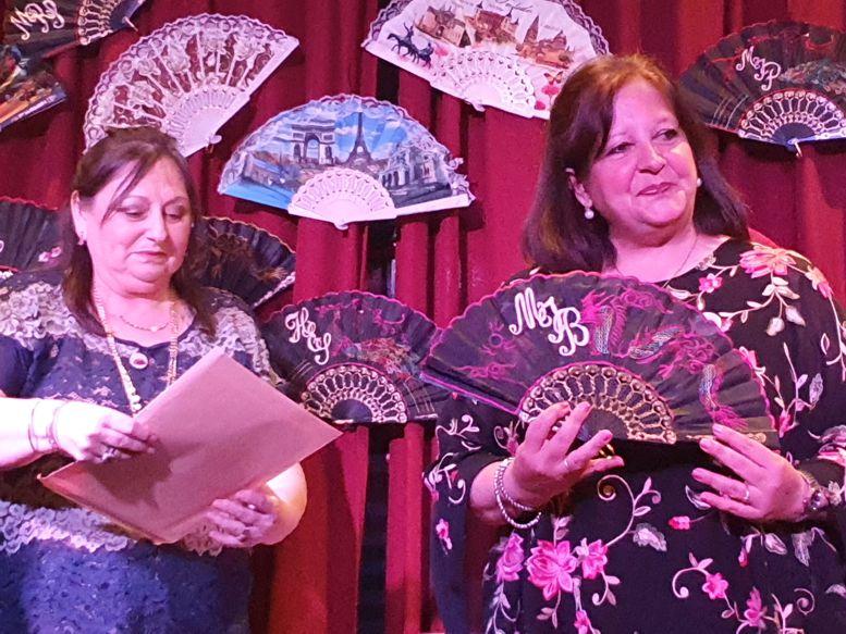 La Gran Dama Silvia L. Aimery, presidenta de la Orden, entrega el diploma a Marina Bussio.