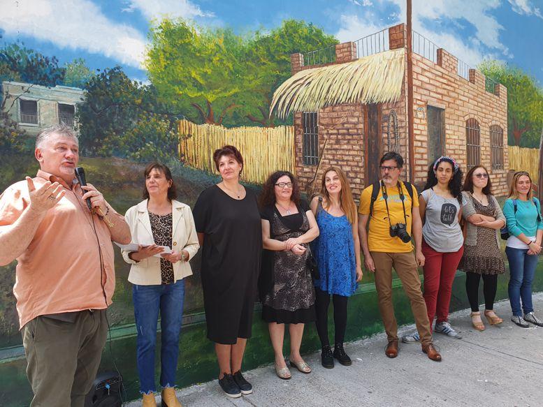 Darío Klehr, director del Museo Luis Perlotti y los artistas que intervinieron en el mural.