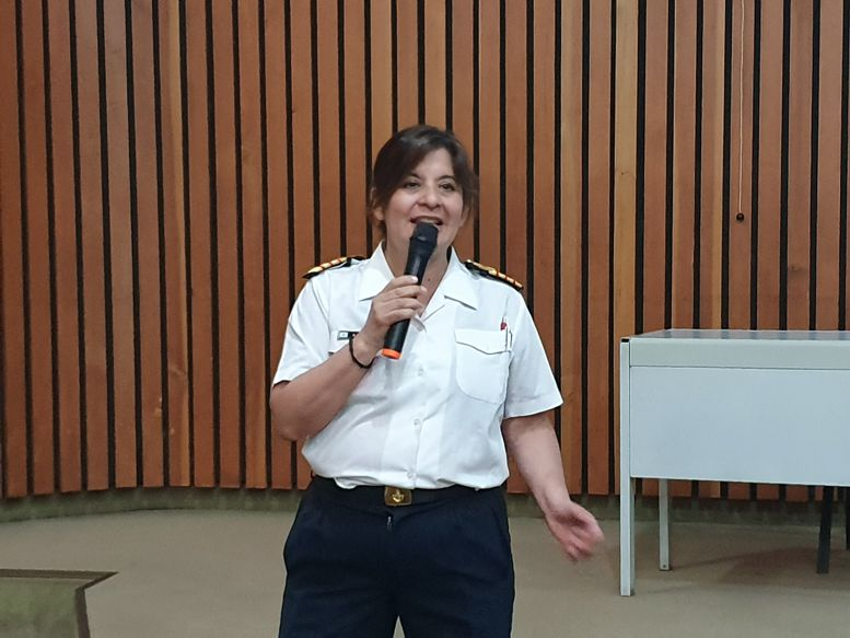 La Jefa de la Comisión de Arte, Capitán de Navío Gloria Hidalgo, encargada de la organización.