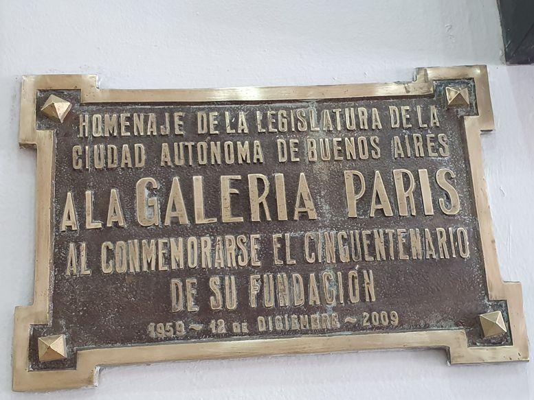Placa colocada hace 10 años, cuando la galería celebró su cincuentenario.