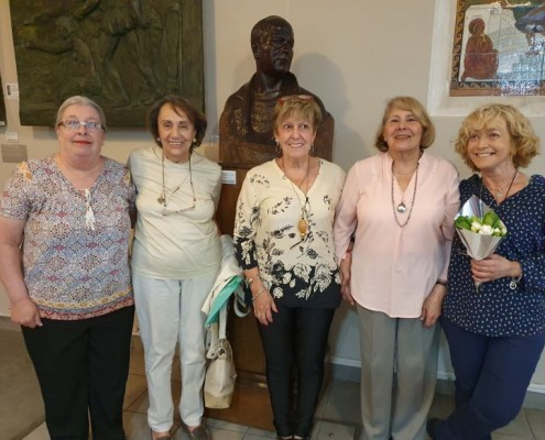 La Prof Noemí Corvo (en el centro) con las alumnas del taller literario.