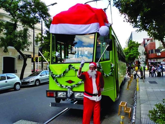 Aquilino González Podestá, fundador de la Asociación de Amigos del Tranvía recibió junto al tranvía PM2 Lagarto a los niños y familias que se acercaron al tour, vistiendo el traje de Papá Noel (AATyBPFL)