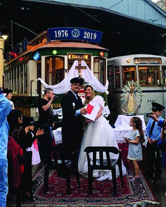 En el marco de la Noche de los Museos y en el patio del taller Polvorín tuvo lugar la unión en matrimonio de dos socios de la Asociación Amigos del Tranvía, que eligieron casarse rodeados de las tradicionales formaciones eléctricas (AATyBPFL)