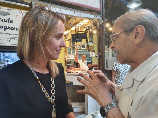 La Ministra Clara Muzzio con Jorge Fernandez, puestero del mercado.