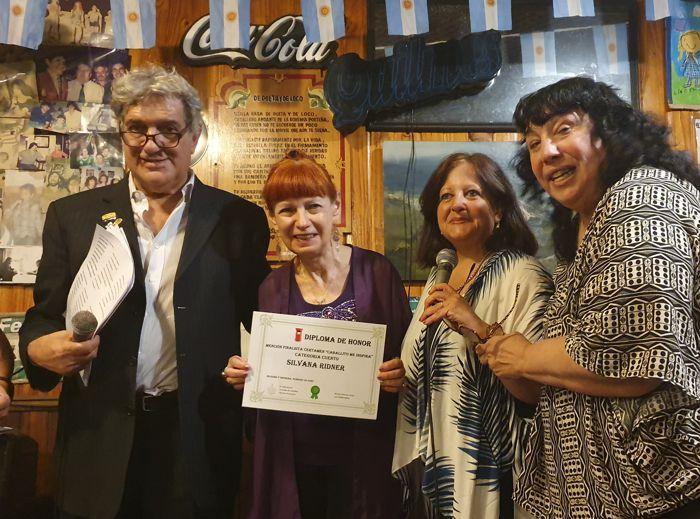 Felipe Evangelista de El Viejo Buzón y entregó los diplomas a los trabajos premiados.