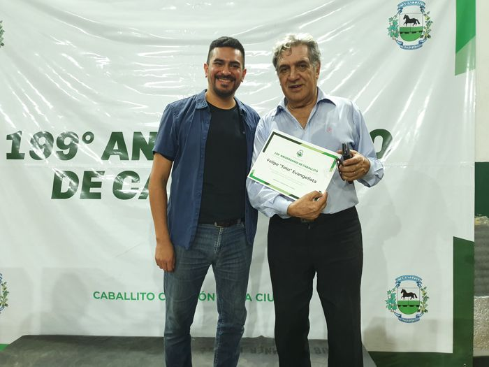 El comunero Osvaldo Balossi entrega el diploma a Felipe Evangelista.
