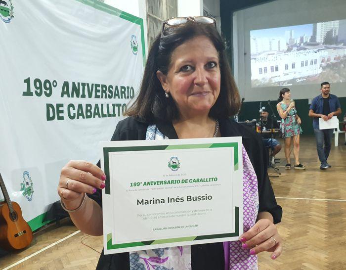 Marina Bussio, directora de la Revista Horizonte con su diploma .