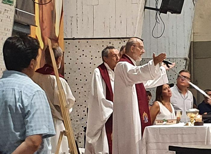 El padre Manuel Madueño presidió la misa concelebrada en el patio del colegio Marianista.