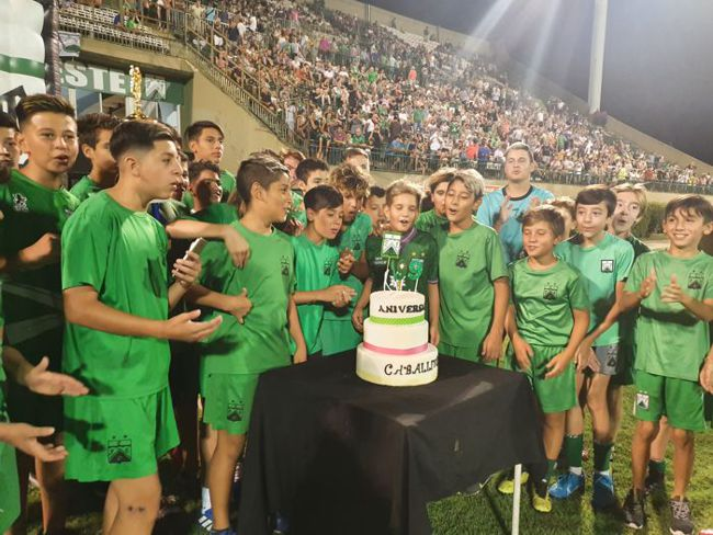 El estadio de Ferro Carril Oeste le cantó el Feliz Cumpleaños al barrio .
