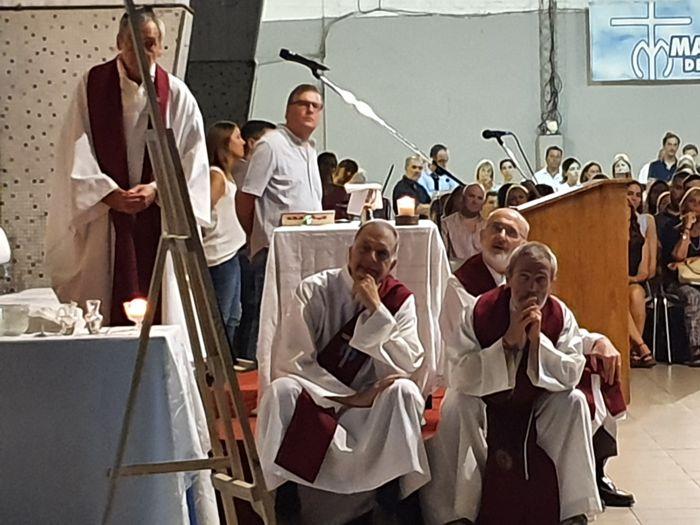 Los religiosos miran el video con imágenes de Fernando.