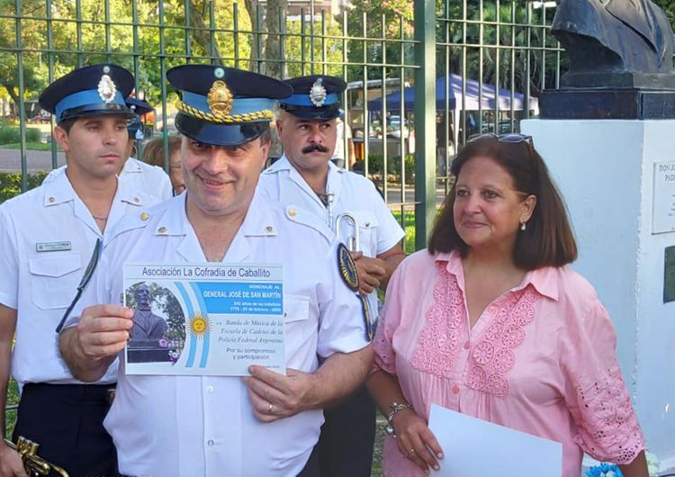 Marina Bussio entrega diploma de agradecimiento al Maestro Andrés Kondratiuk, director de la Banda de Música de la Escuela de Cadetes de la PFA