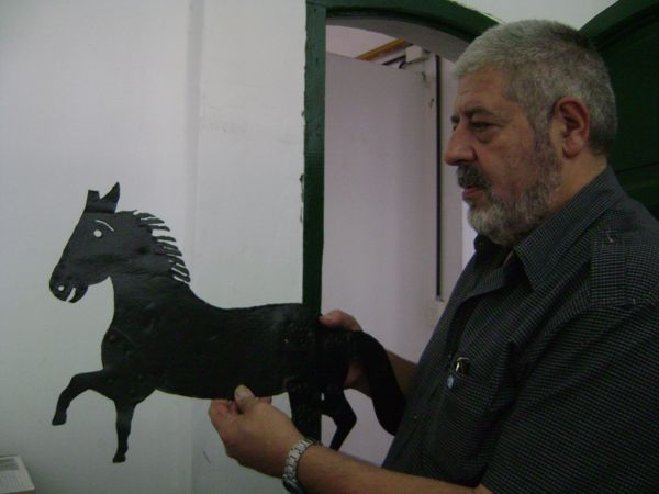 Héctor Núñez Castro coloca la Veleta en la vitrina del museo.