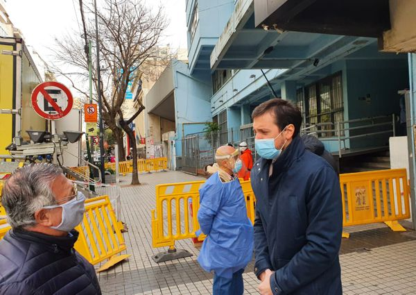 Federico Ballán, presidente de la Junta Comunal de Caballito, respondiendo consultas de vecinos.