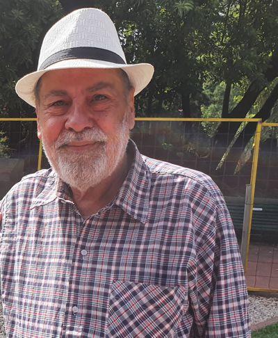 Carlos Costa junto al histórico ombú del Parque Rivadavia.