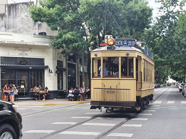 """El 652 """"Anglo"""" por la calle Emilio Mitre."""