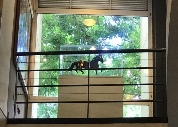 La veleta ya está ubicada junto al ventanal del primer piso del museo para que se la vea desde la calle.
