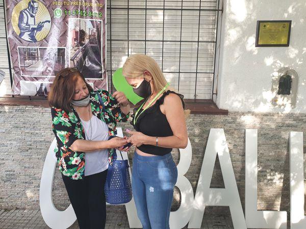 Marina Bussio, directora de Horizonte entrega la Medalla del Bicentenario a Camila, propietaria de Martín de Gainza 635.